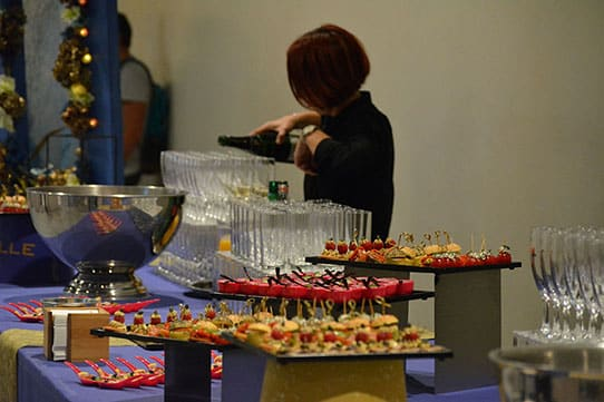 90-ans-mabille-buffet-serveuse
